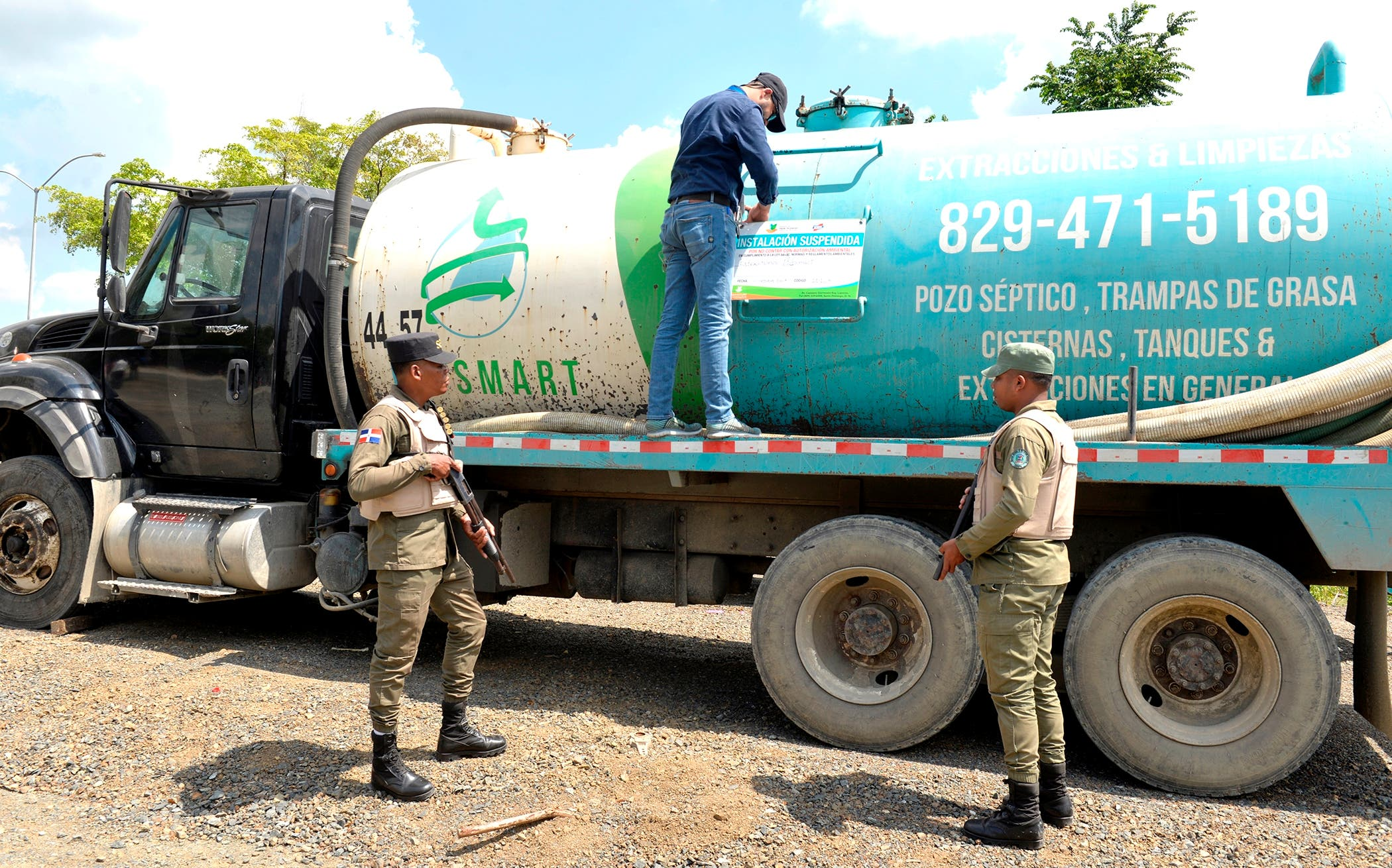 Clausuran compañía cuyo camión lanzó desechos de pozo séptico en río Jacagua