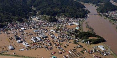 Una imagen aérea muestra inundaciones en Marumori, prefectura de Miyagi, Japón, 13 de octubre de 2019. Según los últimos informes de los medios, al menos 26 personas han muerto y más de 20 están desaparecidas después de un poderoso tifón Hagibis golpeó a Japón provocando deslizamientos de tierra y ríos desbordados en todo el país. EFE