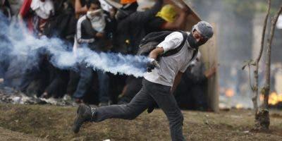 Manifestantes se enfrentan a la policía en una nueva jornada de choques este domingo, en Quito (Ecuador). Las protestas comenzaron el 3 de octubre contra las medidas de austeridad económicas adoptadas por el Gobierno, especialmente la eliminación de los subsidios a los combustibles, como parte de las condiciones puestas por el Fondo Monetario Internacional (FMI) y otras instituciones para un crédito de 10.000 millones de dólares. EFE/ Paolo Aguilar
