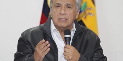 Una foto del folleto disponible por la Presidencia de Ecuador muestra al presidente ecuatoriano Lenin Moreno (C) hablando durante una reunión con indígenas en Quito, Ecuador, 13 de octubre de 2019. EFE