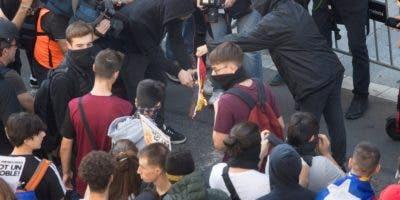 Varios estudiantes universitarios y de secundaria, convocados por el Sindicato de Estudiantes y por el Sindicat d'Estudiants dels Països Catalans queman una bandera de España durante una manifestación estudiantil contra la sentencia del 'procés', que ha recorrido el centro de Barcelona. EFE