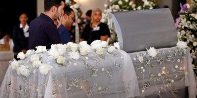 Varias personas asisten al funeral de la bailarina cubana Alicia Alonso, este sábado en el Gran Teatro Alicia Alonso de La Habana (Cuba). EFE