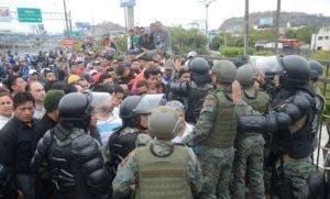 Fuerzas del Ejército ecuatoriano controlan este miércoles los accesos a Guayaquil (Ecuador) en uno de los puentes fronterizos con Durán, para impedir el ingreso de manifestantes externos. Problemas con el transporte y bloqueo de vías se registran en Quito y Guayaquil, previo a la huelga nacional convocada por sindicatos, sectores sociales e indígenas en contra de la elevación del coste de los combustibles, en el marco de un acuerdo crediticio con el Fondo Monetario Internacional (FMI). EFE/ José Alvarado