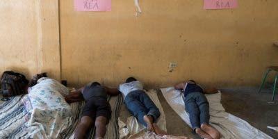 Estudiantes universitarios permanecen en huelga de hambre desde el domingo pasado este viernes, en la facultad de Leyes de la Universidad Estatal de Haití, el mayor centro de su tipo en el país, en Puerto Príncipe (Haití). EFE/ Orlando Barría