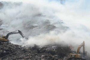 Humareda en el vertedero de Haina. A la labor de los bomberos se unen desde hoy brigadistas de Obras Públicas.