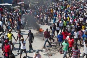 Cientos de seguidores del expresidente haitiano Jean Bertrand Aristide marchan exigiendo la dimisión del actual presidente, Jovenel Moise, este viernes, en Puerto Príncipe (Haití). EFE/Orlando Barría