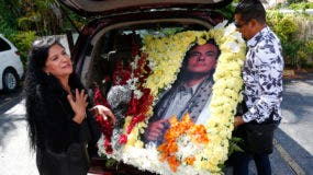 """Angela Paise y Luis Brito, conocido como """"El Mago de las flores"""",  muestran un arreglo floral que hicieron y llevaron a la velada del fallecido cantante mexicano José José. AP"""