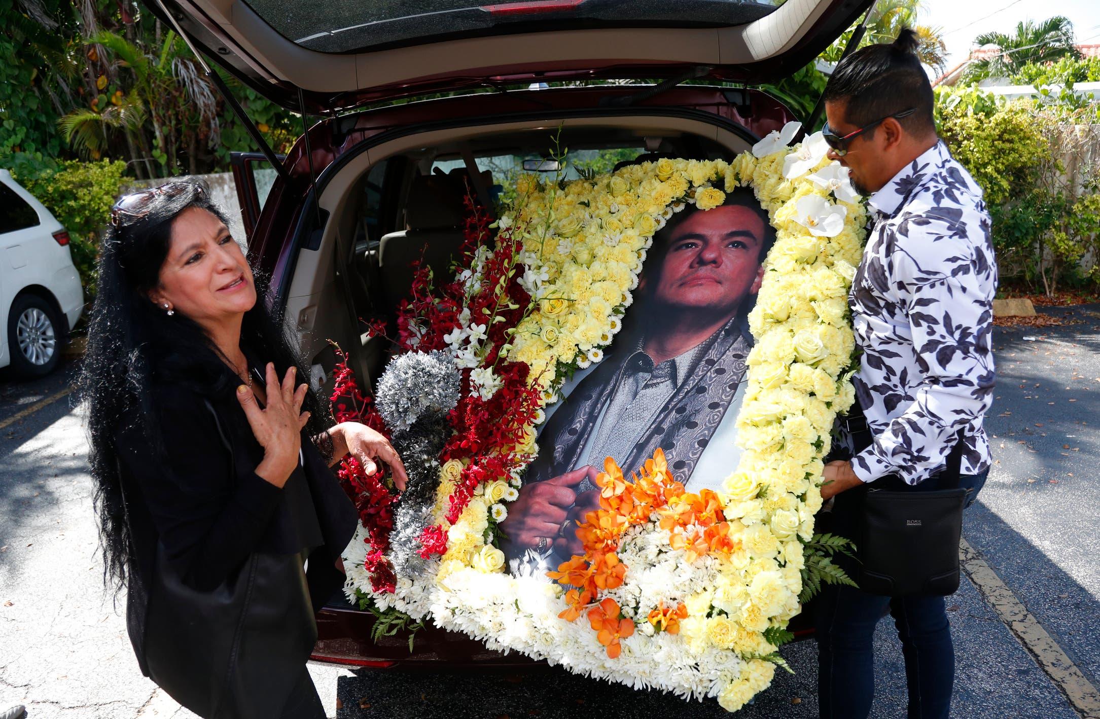 Familiares y seguidores acuden en Miami a las honras fúnebres de José José