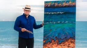 Maxhularis al lado de una de sus obras.