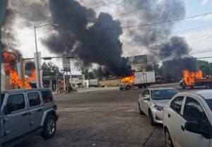"""Vista de vehículos incendiados durante una enfrentamiento de grupos armados con las fuerzas federales este jueves, en las calles de la ciudad de Culiacán, en el estado de Sinaloa (México). Pistoleros del narcotráfico lanzaron este jueves una oleada violenta de bloqueos y balaceras en la ciudad mexicana de Culiacán entre rumores de la captura de uno de los hijos del narcotraficante Joaquín Guzmán Loera, el """"Chapo"""". Los bloqueos de los sicarios, presuntamente gente del cartel de las drogas de Sinaloa, se extendieron a las salidas de la ciudad, que está prácticamente cercada con gente resguardada en sus lugares de trabajo y en sus casas y la actividad comercial suspendida. EFE/ Str"""