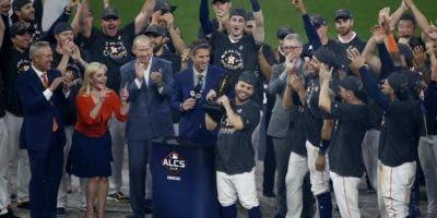 Altuve recibe su trofeo tras ganar el MVP.