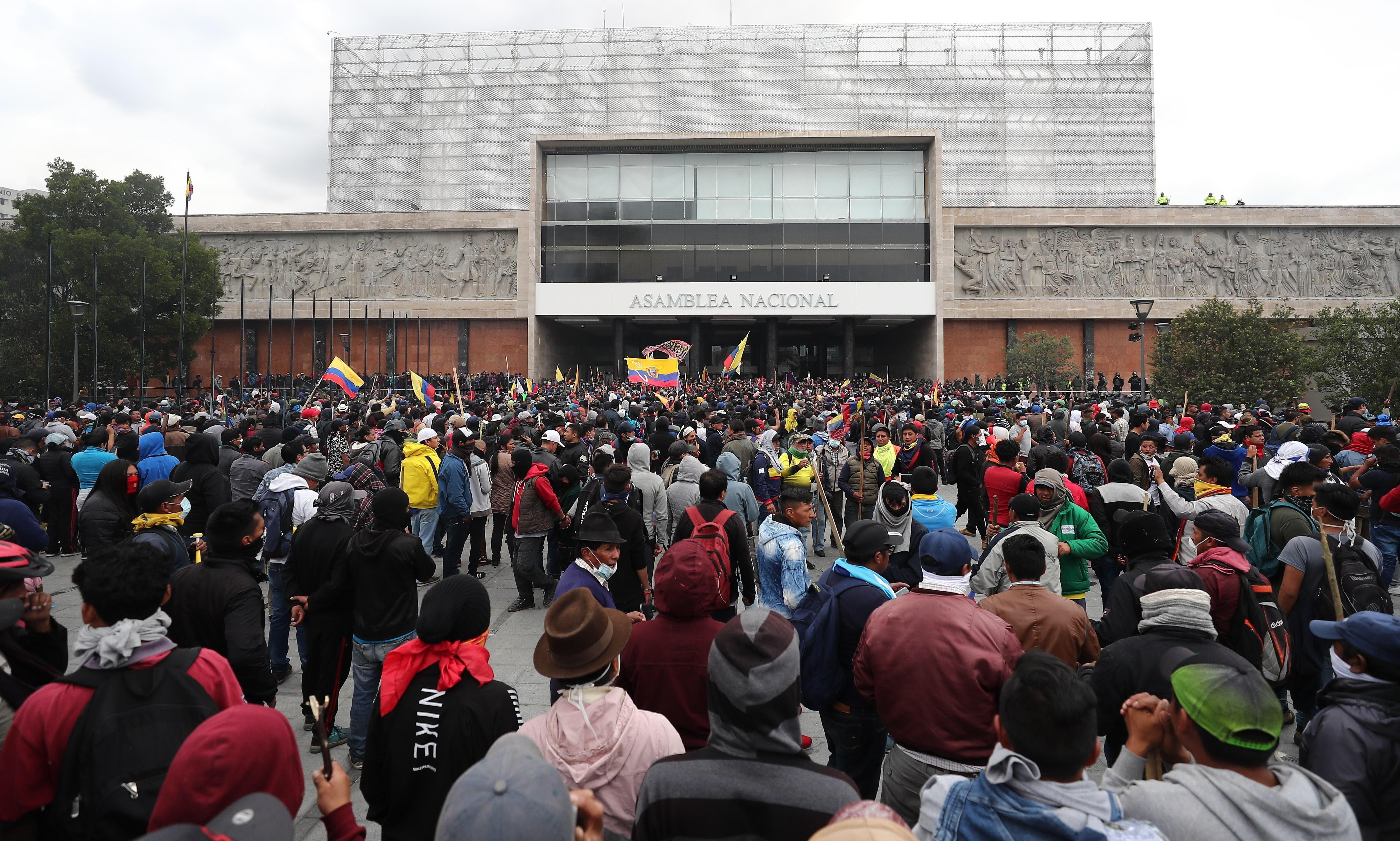 Ecuador decreta toque de queda tras ocupación del Parlamento por manifestantes