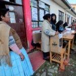 Una indígena aymara jurado electoral (i) vigila una de las mesas en un colegio electoral de El Alto (Bolivia). La jornada de comicios generales en Bolivia, en la que se elegirá al presidente y vicepresidente y se renovará el Parlamento para el periodo 2020-2025, comenzó este domingo con la apertura de las mesas electorales. EFE/ Martin Alipaz