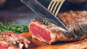 La gran mayoría de los estudios recomiendan reducir el consumo de carnes rojas.
