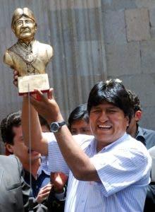 Fotografía de archivo fechada el 26 de octubre de 2006, que muestra al presidente de Bolivia, Evo Morales, mientras levanta una estatuilla con su busto, en La Paz (Bolivia). EFE/Martín Alipaz