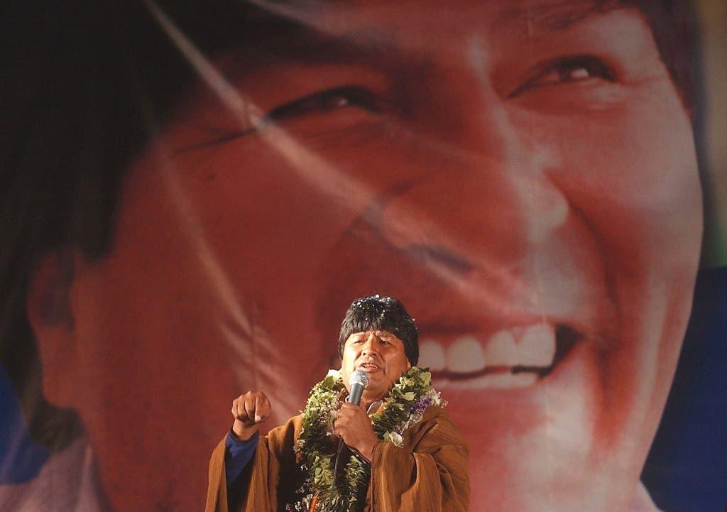 Fotografía de archivo fechada el 13 de diciembre de 2005, que muestra al líder indígena Evo Morales, candidato a la presidencia de Bolivia por el Movimiento al Socialismo (MAS), durante el cierre de campaña celebrado en la Plaza Villarroel de la ciudad de La Paz (Bolivia).  EFE/Martín Alipaz