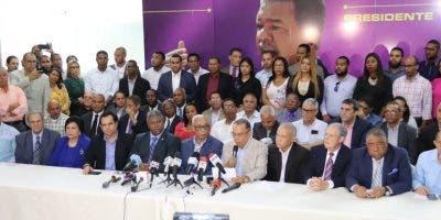 Radhamés Jiménez Peña lee el documento firmado por los secretarios y subsecretarios renunciantes.