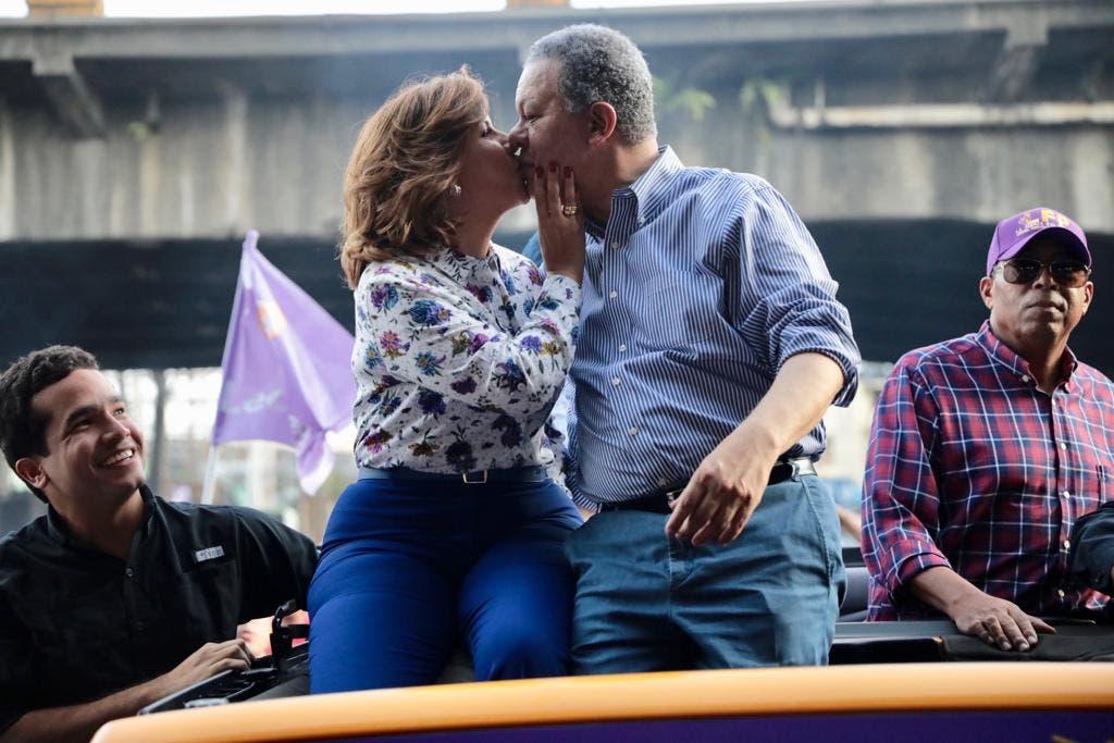 Margarita Cedeño y Leonel Fernández se dan un beso tras la llegada de la vicepresidenta a la caravana.