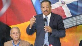 Roberto Rosario ofrece declaraciones durante una rueda de prensa.