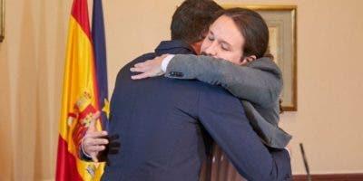 Pedro Sánchez y Pablo Iglesias se dan un abrazo durante el anuncio del acuerdo.