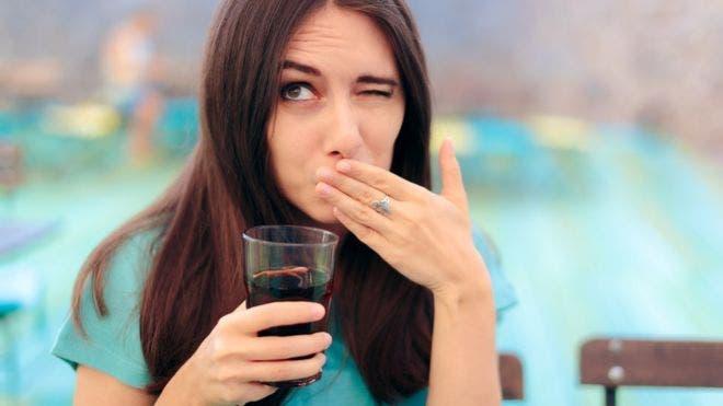 La curiosa condición que te impide eructar y los dolores e hinchazón que provoca en tu cuerpo