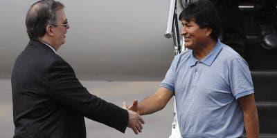 El expresidente Evo Morales es recibido  en México por el canciller Marcelo Ebrard.
