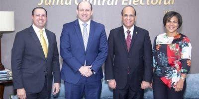 Castaños Guzmán con representantes de Microsoft.