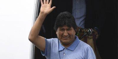 Con el rostro cansado y sólo un celular en mano, Morales denunció en un mensaje desde el aeropuerto capitalino cómo intentaron comprar a alguien de su círculo de seguridad a cambio de 50.000 dólares para que lo entregaran al ejército.