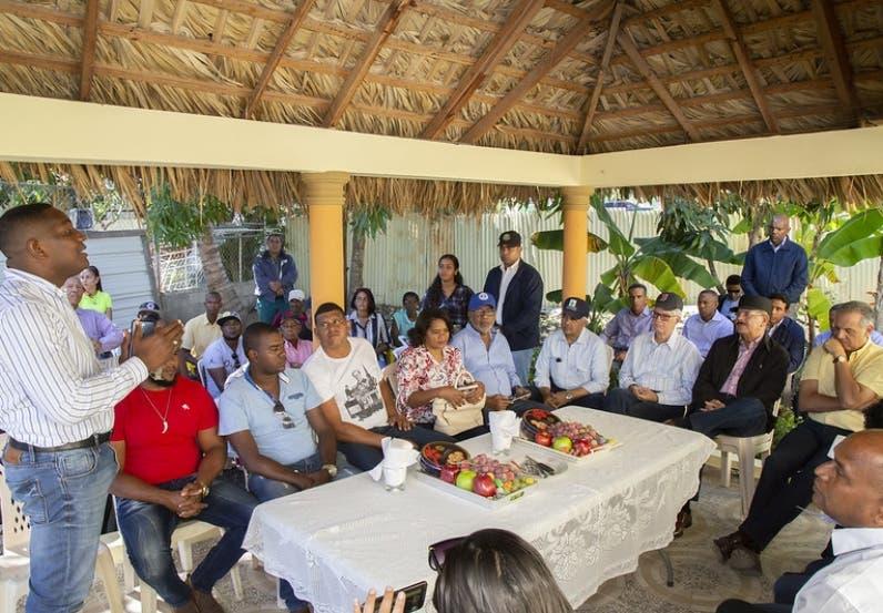 Medina promete soluciones en campo Peravia