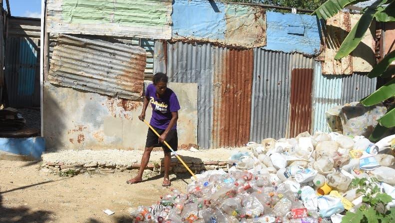 Dama convive entre basura y miseria