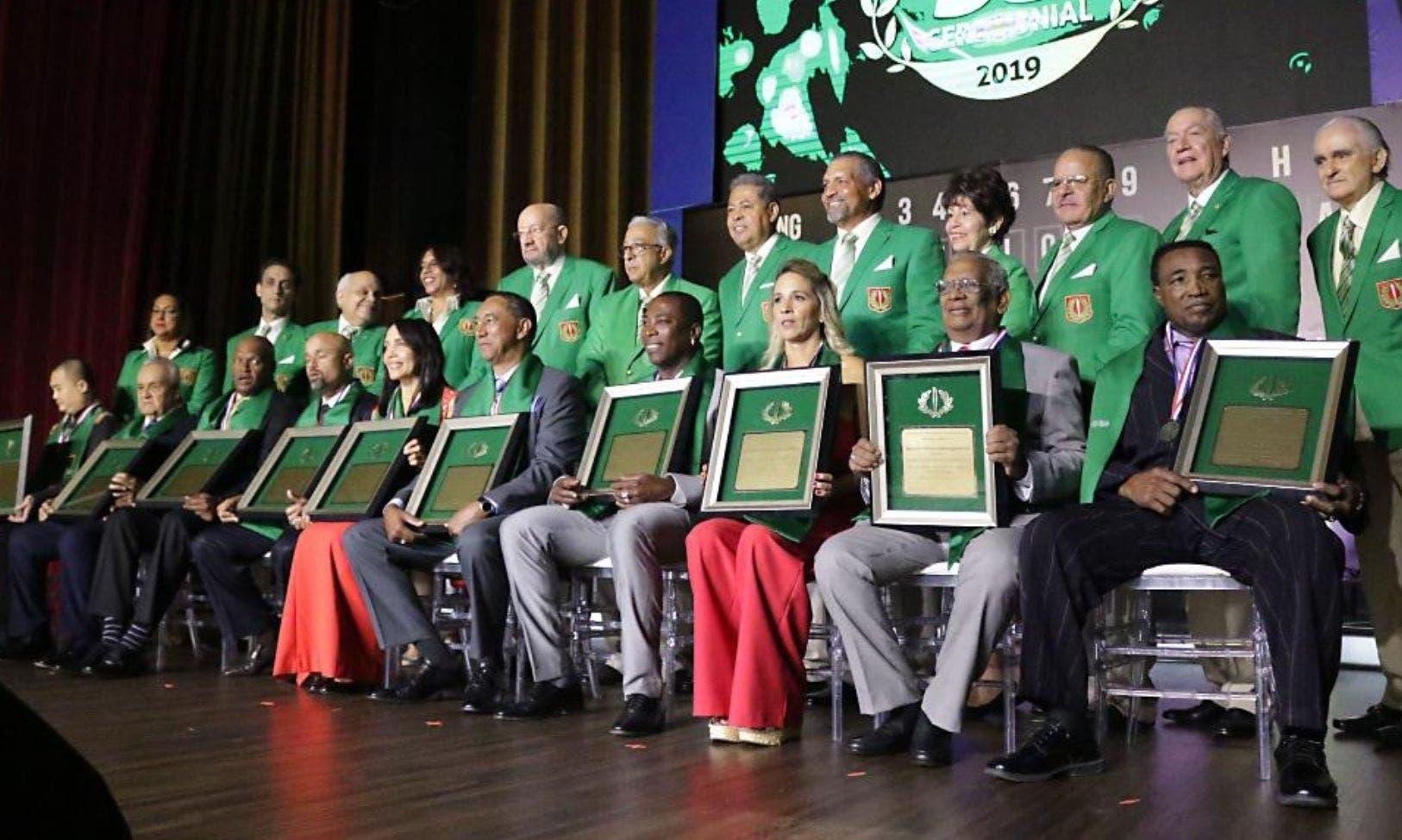 Los nuevos miembros del Salón de la Fama del Deporte Dominicano exhiben los pergaminos que los acredita como tales.
