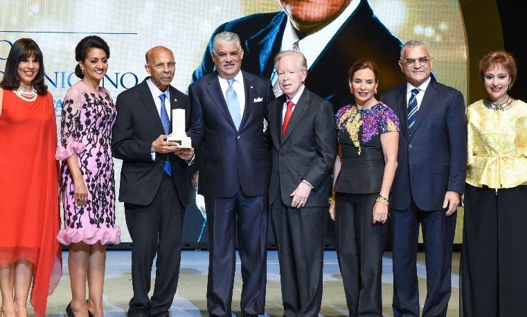 Carlos Dante Heredia recibe reconocimiento