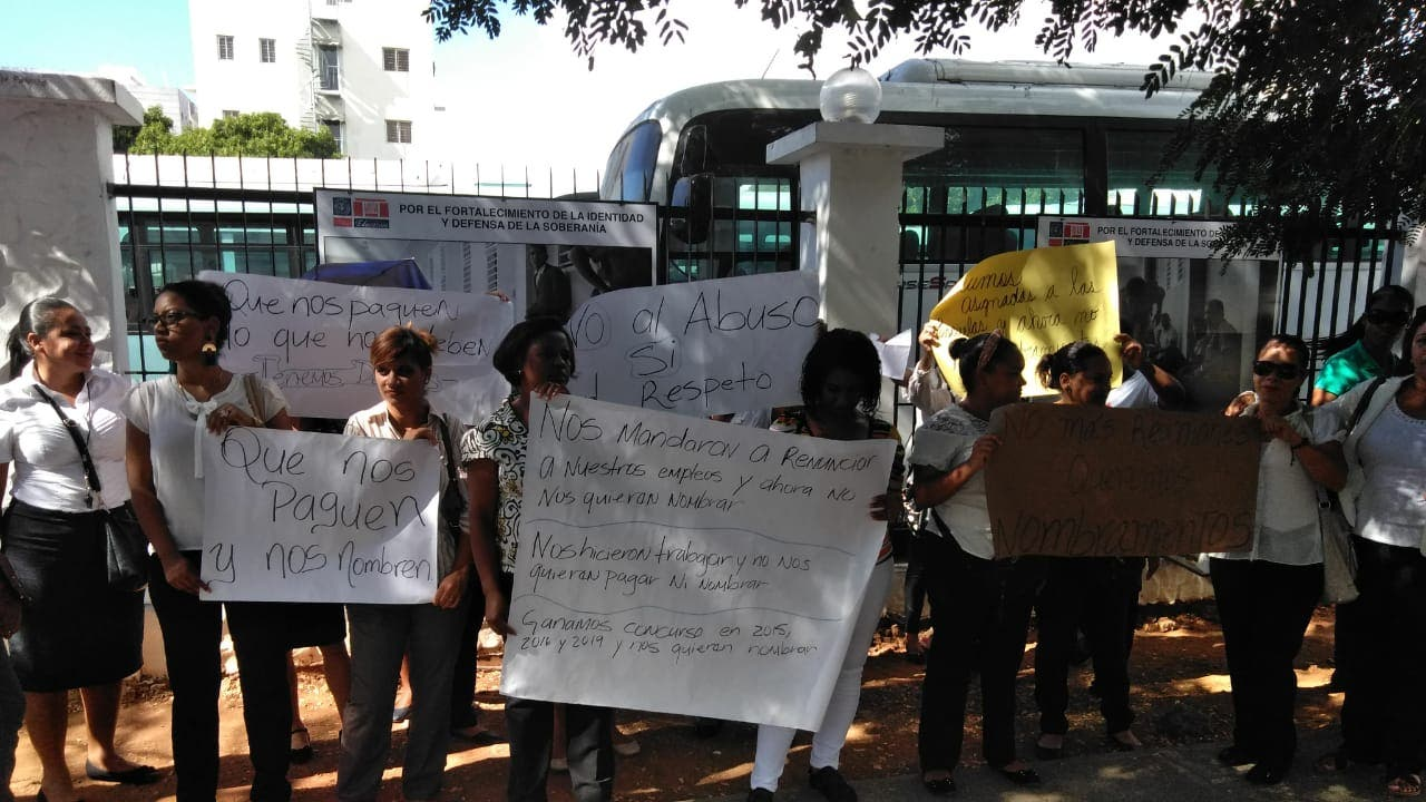 Decenas de psicólogos protestan frente a Educación en demanda de nombramientos