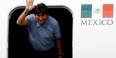 """Morales, quien recibió asilo de México por """"razones humanitarias"""" y al considerar que su vida corre peligro, aterrizó en el hangar Sexto Grupo Aéreo Internacional, antiguamente el hangar presidencial, del aeropuerto de la Ciudad de México sobre las 11.15 hora local (17.15 GMT). AP"""