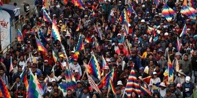 Los partidarios del expresidente Evo Morales llevan banderas de wiphala que representan a los pueblos indígenas, mientras marchan en La Paz, Bolivia, el martes 12 de noviembre de 2019.  (AP Foto / Juan Karita)