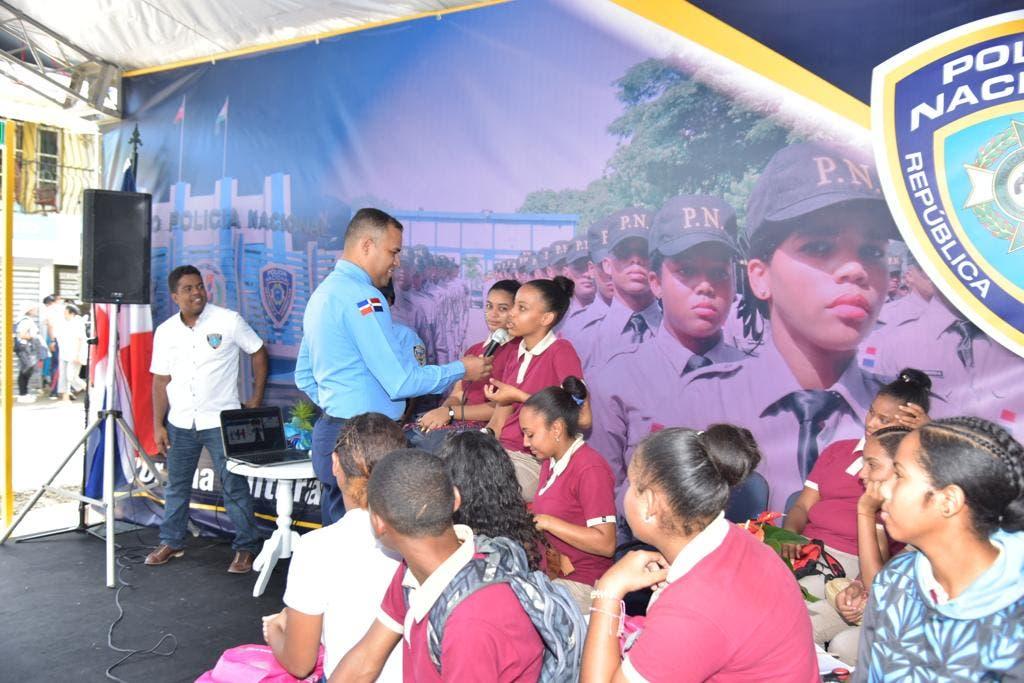 Policía Escolar imparte charlas en Festival Cultural Hermanas Mirabal