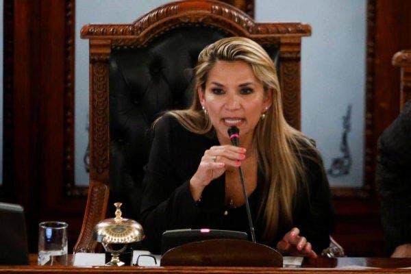 Senadora Jeanine  Áñez se autoproclama presidenta interina de Bolivia