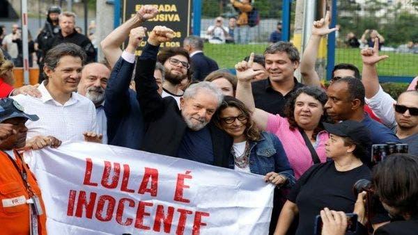 Expresidente brasileño Lula sale de la cárcel 1 año y 7 meses después