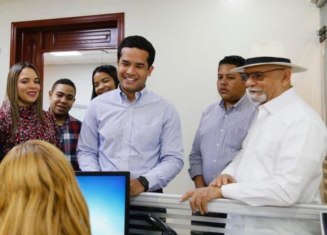 Omar Fernández dice hay que despejar dudas sobre voto automatizado tras inscribir candidatura