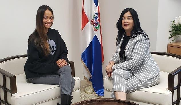 Cónsul dominicana en California recibe a actriz Zoe Saldaña