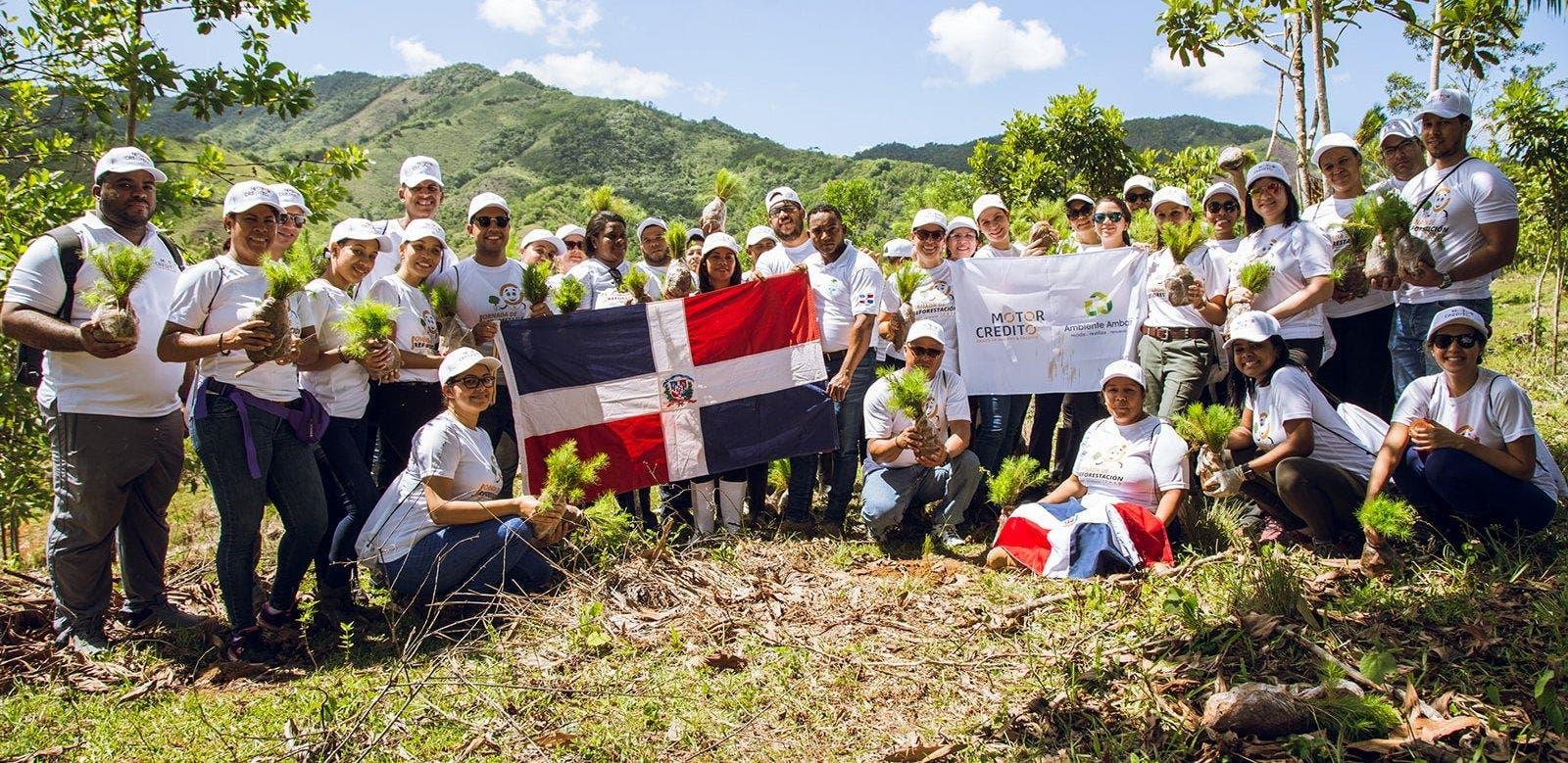 Motor Crédito planta 3,000 brotes  de árboles en la cuenca del río Ozama