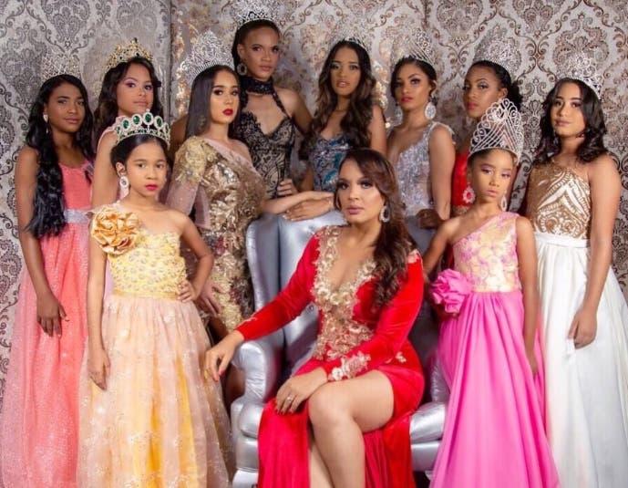 Academia convierte a niñas en reinas de belleza
