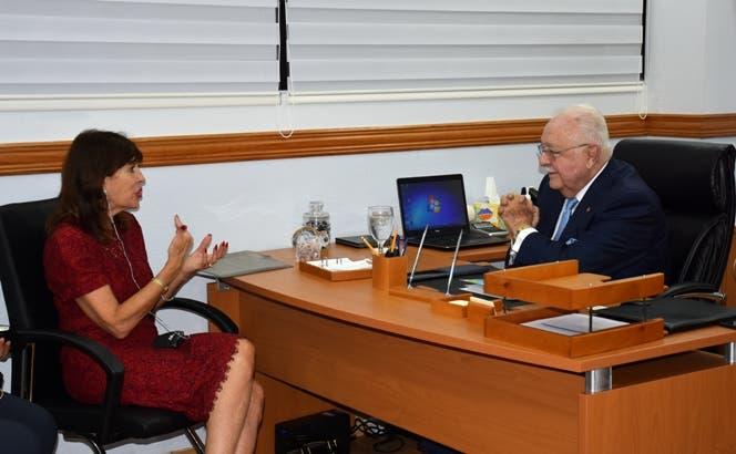 Embajadora EE.UU elogia aportes de Energía y Minas al desarrollo energético