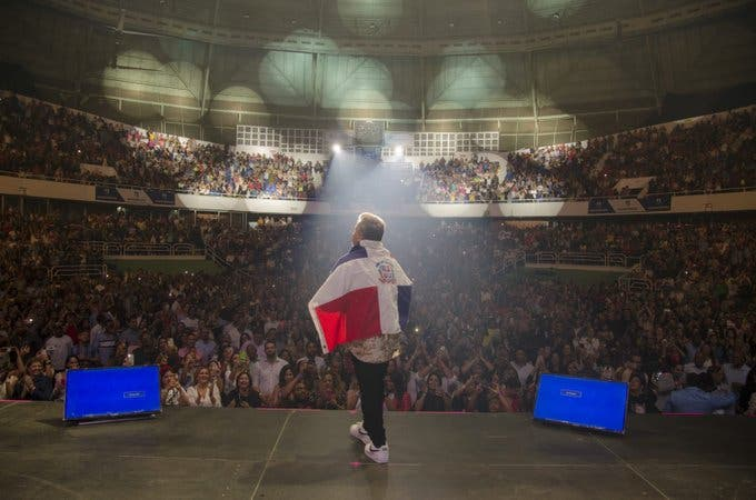 Ricardo Montaner deleita fanáticos con su primer concierto como dominicano