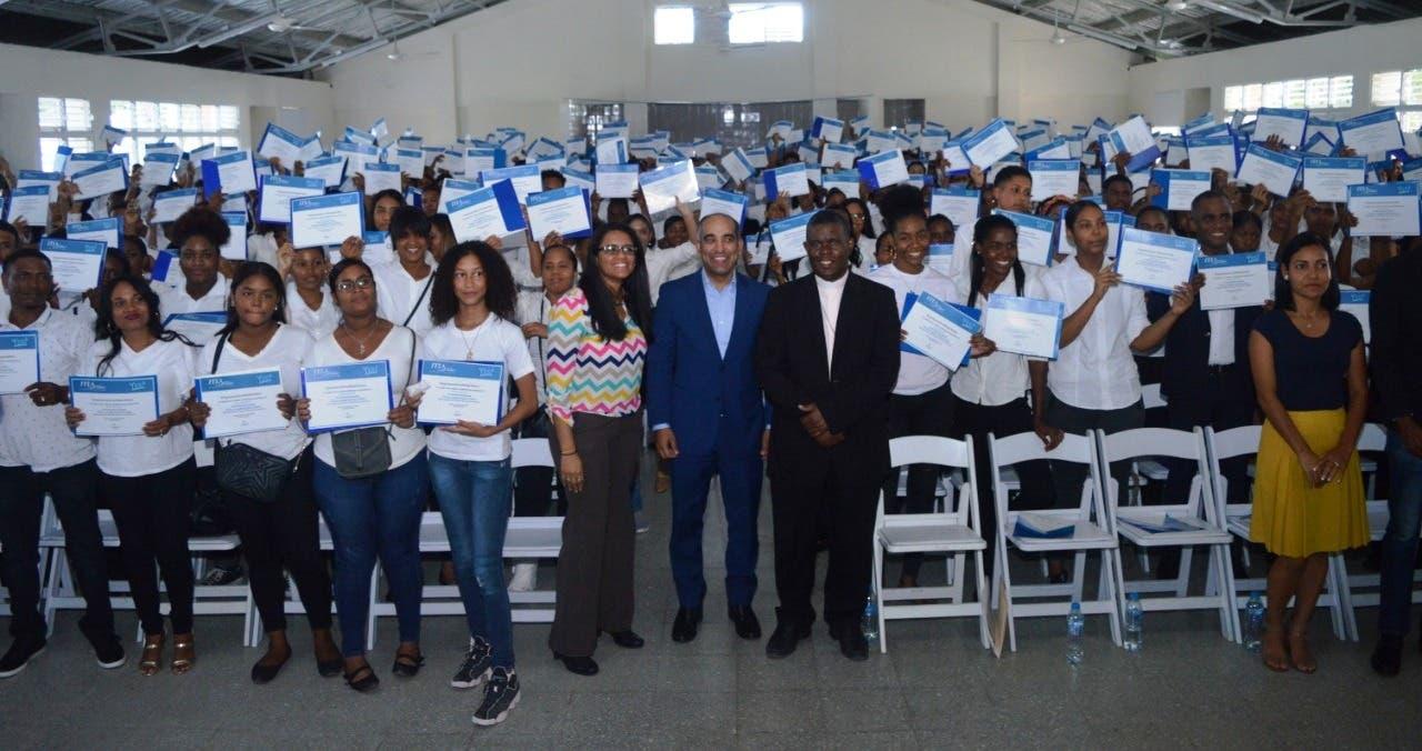 ITLA entrega más de 900 becas de inglés a munícipes de Boca Chica   El Día