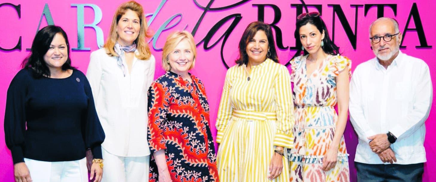 """Hillary Clinton visita la expo """"Ser Oscar de la Renta"""""""