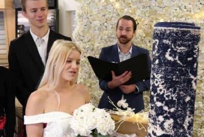 Mujer inglesa se casó con una alfombra