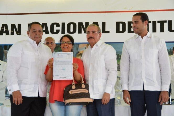 Danilo Medina entrega 482 títulos definitivos de parcelas y solares en Vicente Noble