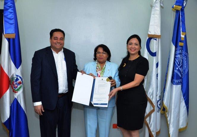 ONAPI entrega certificado de registro de la primera patente de la UASD