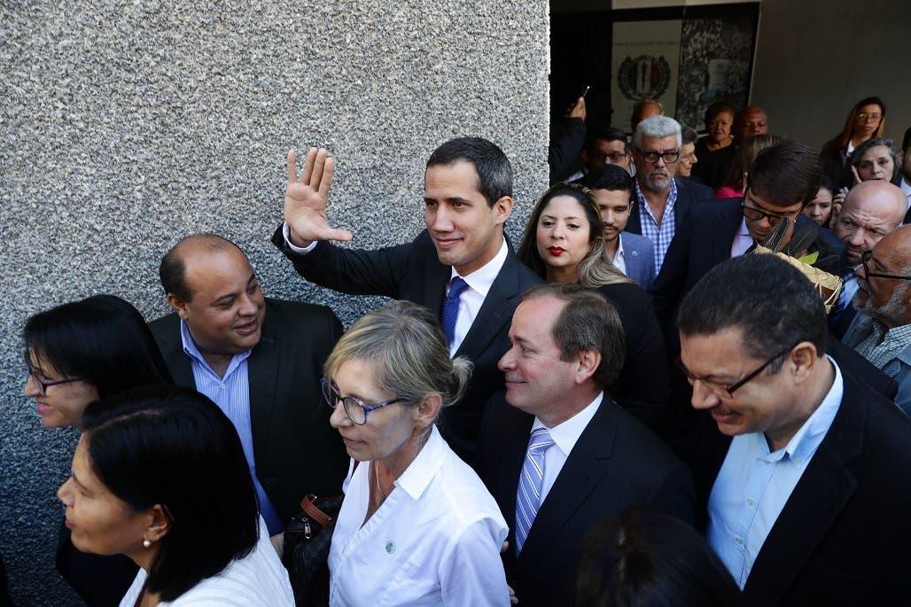 Guaidó y diputados opositores ingresan por la fuerza al Parlamento venezolano